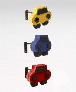 Omtagsfäste bil i trä, gul blå röd, barnrum, Hasta