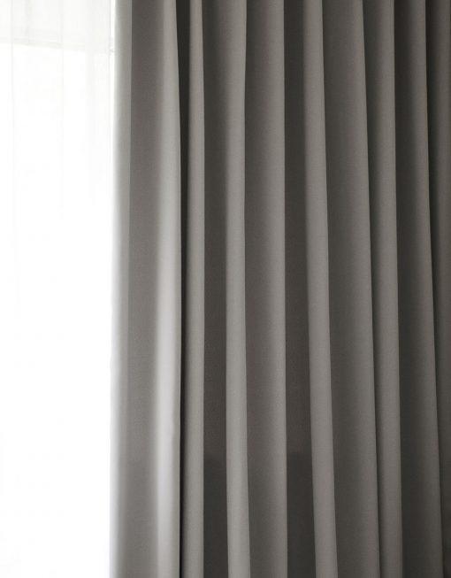 Måttillverkad hotellgardin Dokie, mörkläggande 95%, ljusgrå