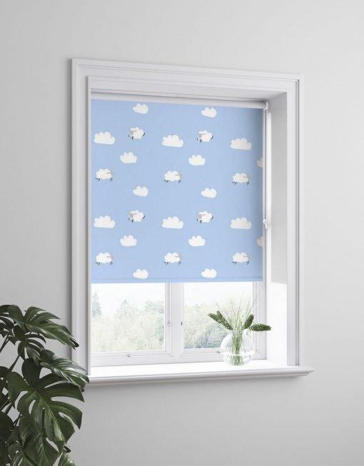 Dream barnrullgardin, blå med moln