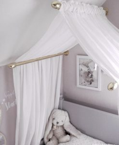 Sänghimmel i mässing med vitt, skirt tyg