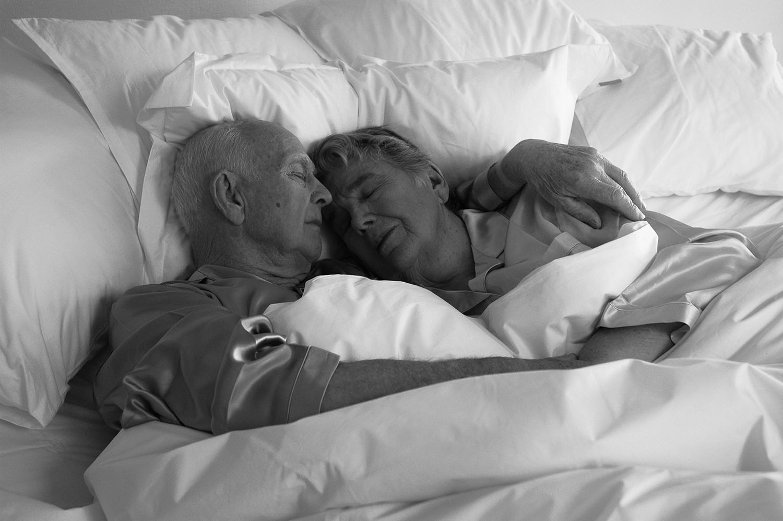 Äldre par i en Lectus-säng