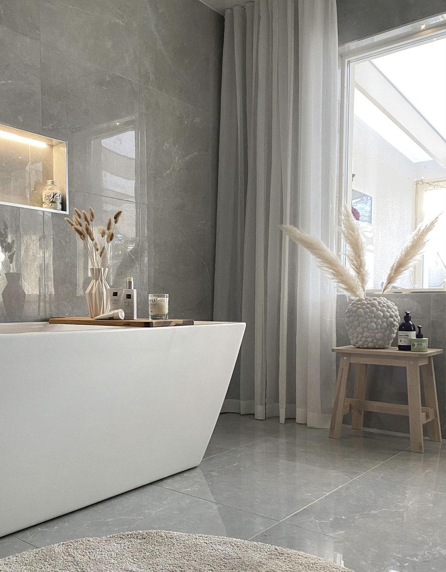 Gardin i badrum, Skimra, vit
